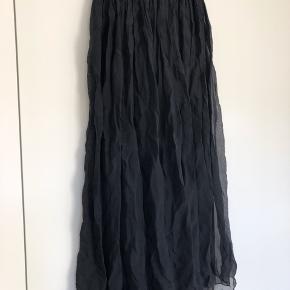 Lækker silke nederdel str S/M Elastik i taljen og lækker blød Jersey underskørt. Underskørtet er kort, hvilket giver transparent look.  Nederdelen er sort.   #30dayssellout