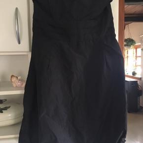 Brugt en gang. Denne skønne ballon kjole er ideel til de kommende jule frokoster eller evt til nytårsaften . Køber betaler Porto