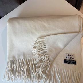 Flot råhvid Acne virgin wool tørklæde. 75x210 cm . som nyt, stadig med tag. Nypris 1200.- Kan ses i Rungsted. Sender gerne