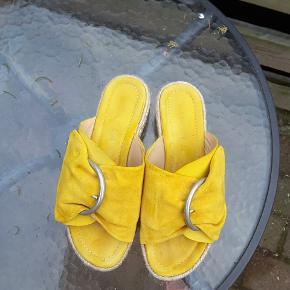 Flot sandal i blødt skind og komfort såler. De er brugt meget lidt da min vrist er lav. De er perfekte til en høj vrist og en normal til bred fod   Nypris 1200