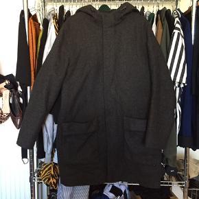 Vinterfrakke fra COS, mørkegrå, god stand, varm. God kvalitet, deraf prisen. Str 46: stor M eller lille L. Sender ikke.
