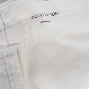 Næsten helt nye hvide Chinos fra Wood Wood. Størrelsen er true to size. Kom med et bud!