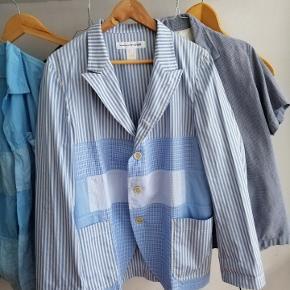 BYD  Comme Des Garcons Shirt Blazer sælges i en str Small (fitter som M/L)   Er brugt under 5 gange.  Cond 9.5/10 - ingen synlige brugsspor.  Sælges pga. Pladsmangel.   Nypris var 650 eur (4.800DKK)  MP: 2900 DKK.