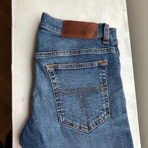 """Varetype: Jeans Størrelse: 28/32"""" Farve: Blå  Obs - modelbilledet viser Slim modellen, men den blå farve er mere vintage. Nypris 1100,- Næsten som nye, købt for små  Fast pris ekskl fragt"""