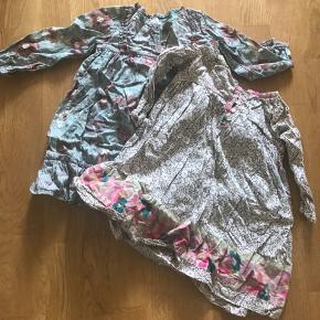 To skønne kjoler fra NoaNoa. Den ene mangler en knap i halsåbningen, men har absolut ingen betydning for brugen. Sælges kun samlet.
