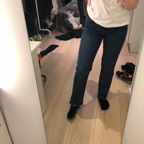 Højtaljede Jeans fra Estelle med afklippede kanter/ rå kanter. Lige ben / straight leg med en smule trompet i bunden (svært at se på billedet)  Fitter en str. S