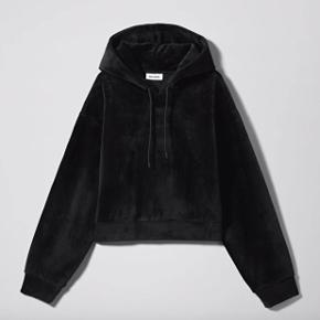 Weekday hoodie i velour. Brugt få gange Ny pris 400 kr Mp 200 kr