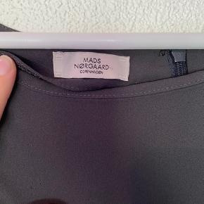 Næsten aldrig brugt, fin løs buksedragt som bindes i livet.