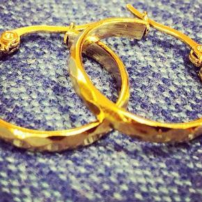 Små 2,5 cm hoops, guldbelagt kirurgisk stål.   Nikkelfri!