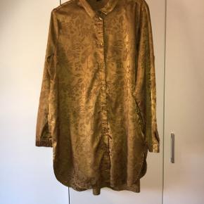 Super smuk guld Skjortekjole! Str L.