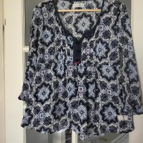 Varetype: Skjorte Størrelse: 3 Farve: Blå\hvid Prisen angivet er inklusiv forsendelse.