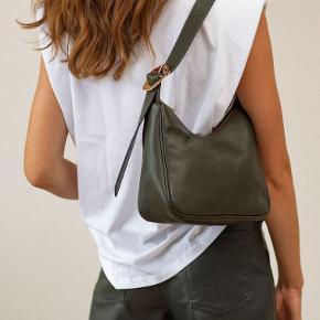 Flot army skind taske fra Becksöndergaard 💚   - aldrig brugt - model Waxy Pradisa - perfekt til både hverdag og fest  - ægte skind - god praktisk størrelse: 23 x 27 cm  - til både mobil, pung og andre ting  - skuldertaske / håndtaske med justerbar rem så den bliver lidt længere - mørk army farve - flot spænde ved hanken  Nypris 1000,- og lige købt og kommet i butikkerne.   #trendsalesfund