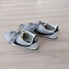 Nike cortez Atheletics West i grå str. 42,5. De er købt for store, så de er blevet brugt begrænset.  Jeg er åben for bud:)