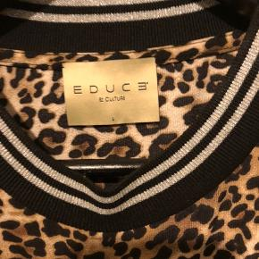 Kjole i leopardprint og med sølvglimmerkant på rib