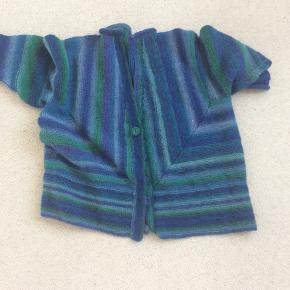 Meget smuk hjemmestrikket trøje, i uld med lidt polyester, den kradser ikke. Moderne stil. Let og varm. Passer M og L