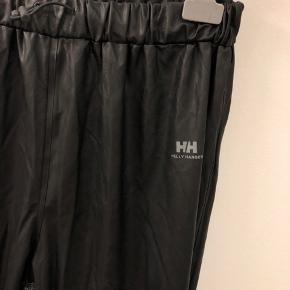 Jeg sælger disse regnbukser fra Helly Hansen i str. L. De er helt nye og stadig med mærke i. Kom med bud!