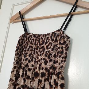 Leopard kjole med stræk og tropper. 80cm. lang. Str. Onesize.