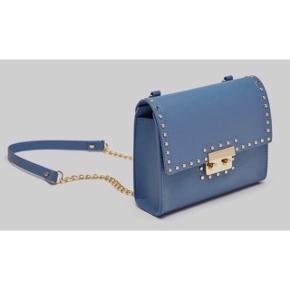 Blå taske fra Zara med guld nitter. Brugt 1-2 gange og derfor er tasken som ny. Super elegant taske - perfekt til alle lejligheder!    BYD!