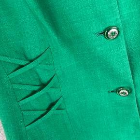 Cool grøn vintage blazer jakke med korte ærmer. Fine knapper. I fin stand. Str large. Vil passe de fleste str alt efter hvilket fit man ønsker.