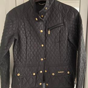 Str 38. En small/medium. Brugt få gange , aldrig vasket. Super smuk jakke, men jeg får den desværre ikke brugt. Mange flotte detaljer og let taljeret.