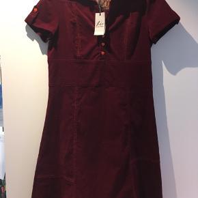 Ny smart kjole, stadig med tag på. Nypris 1300.- Længde 100 Armhul til armhul 98-108+* stræk i
