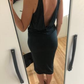 Super lækker kjole i cupro stof og elastane. Dvs virkelig lækker kvalitet, føles som silke med stræk i. På mærket står der str 32, men jeg bruger small og passer den fint. Så den kan nok bruges af en xxs-s.  Virkelig fin med dyb ryg. Tasken er også til salg. Se mine andre annoncer.