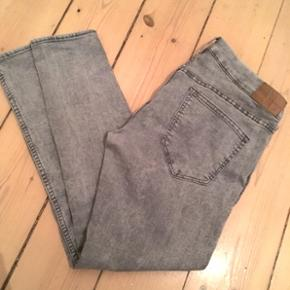 Lysegrå jeans med stretch, str. 42. Lavtaljede. Behagelige.