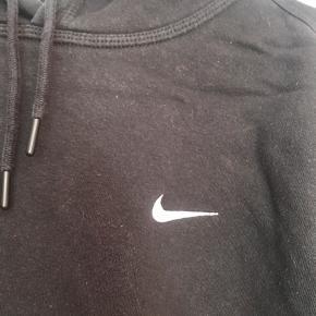 Lækker Nike hættetrøje. Der er lidt slid efter vask, men ellers intet. Skriv endelig for flere billeder.