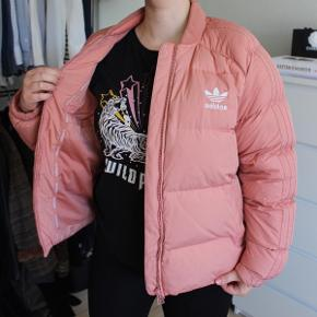Rigtig lækker Adidas jakke i laksefarve/lyserød. BYD