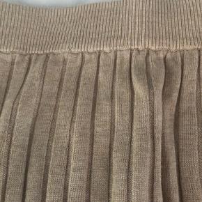 Lang stram nederdel med slids