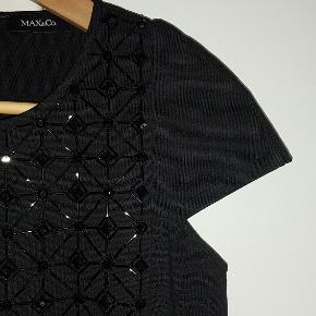Helt som ny! Lækker bluse i kraftigt stof med flotte detaljer som perler på frontstykket og lynlås i ryggen.