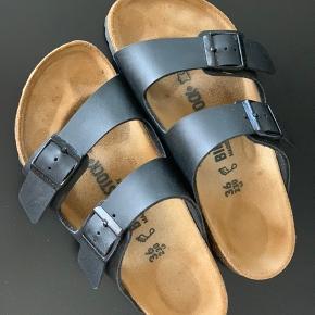 Birkenstock sandaler i str. 36. Bred model. Brugt to gange. Sælges da den model desværre er for brede til mig.