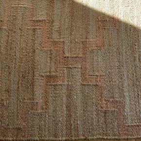Håndlavet gulvtæppe med geometrisk mønster.   Måler 89cm *254 cm  Kan afhentes på Frederiksberg  #30dayssellout