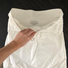 Sælger denne lækre IRO nederdel, da den desværre ikke bliver brugt. Man kan have sort indenunder nederdelen, uden dette kan ses. Skriv ved interesse eller byd!