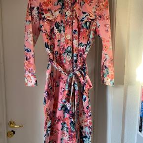 Flower dress 🌺 Has pockets and belt 🌱