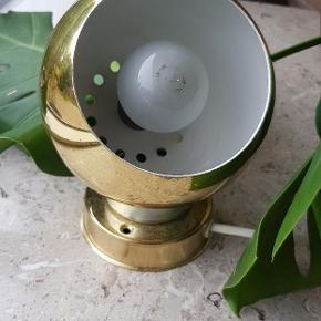 """Flot retro magnet kuglelampe i messing 💥👌  Virker ubeklageligt men fin lille kontakt på ledningen. Kun en lille plet patina på bagsiden af """"foden"""" (se billeder)"""