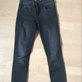 Grå sorte jeans med slid..Sælges da de er blevet for lille til mig..  Passer bedst str 34/36😀