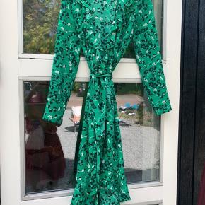 Fin kjole som både kan bruges af en str. XS og S.