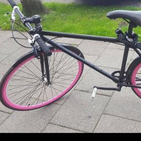 Unisex model. Ny cykel. Sort med pink hjul. Ingen gear. Samlet hos cykelhandler og skærme og ringklokke påsat. Citybike. Fået i gave, men tror nyprisen er omkring 3.500 kr. Jeg betalte 1.300 for at få den samlet. MP 1.500