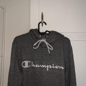 Sælger denne champion trøje😊  brugt MAX 3 gange.  Ingen mærker efter brug. (Sælger den pga den er blevet for stor til mig)