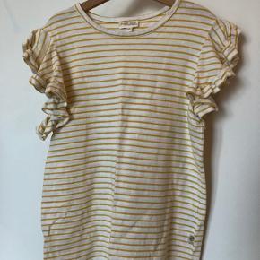 Smuk gul/hvid stribet t-shirt fra Pompdelux med fin detalje på ærmerne.  Denne er blot vasket et par gange.  65kr pp (DAO)