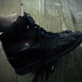 Sorte høje sneakers med indbygget kilehæl Brugt men i god stand Sælges kun fordi jeg ikke får brugt dem