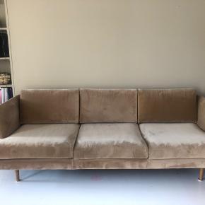 Jeg sælger denne fine sofa fra Sofacompany (Sofakompagniet)  Det er modellen Floyd i farven velour matt beige. God, men brugt. Har små brugsspor (en lille plet - kan ses på billedet), men fremstår ellers meget pæn.  Sælges grundet flytning.   Afhentes på Amager.