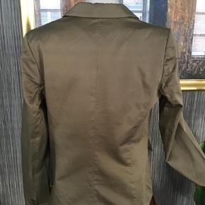 Varetype: Blazer Farve: Beige,  Khaki  Flot blazer til forår sommer Med lyserødt foer Materiale  97% bomuld 3% elastan