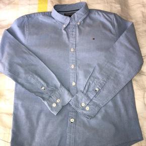 Lækker skjorte fra T Hilfiger. Ingen pletter, huller el lign.  Alderssvarende str.  Bytter ikke...