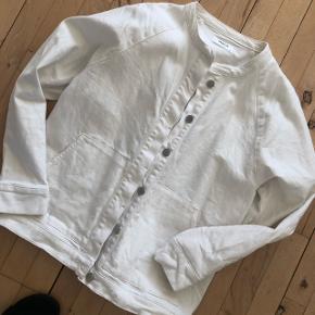 Moss Copenhagen denim jakke i hvid. Størrelse S/M Nypris 800