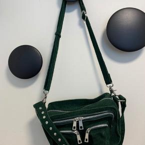Nunoo grøn fløjs taske. Næsten aldrig brugt. Ingen fejl på hardware.