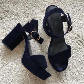 Fine stiletter / heels / sandaler i mørkeblå velour. Brugt én gang!