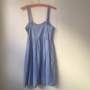 Blå kjole med hvide striber fra Gina Tricot, str. 38, 100 % bomuld.  Har lommer fortil og lynlås i siden. Brugt få gange.