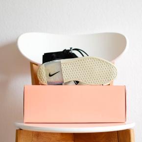 Nike x Fear Of God Raid EU38,5 | UK5.5 | US6 - 24 centimeter  Condition: 9 Boks, ekstra snørebånd og kvittering medfølger Pris: 900 DKK Fragt: Fra 45 DKK